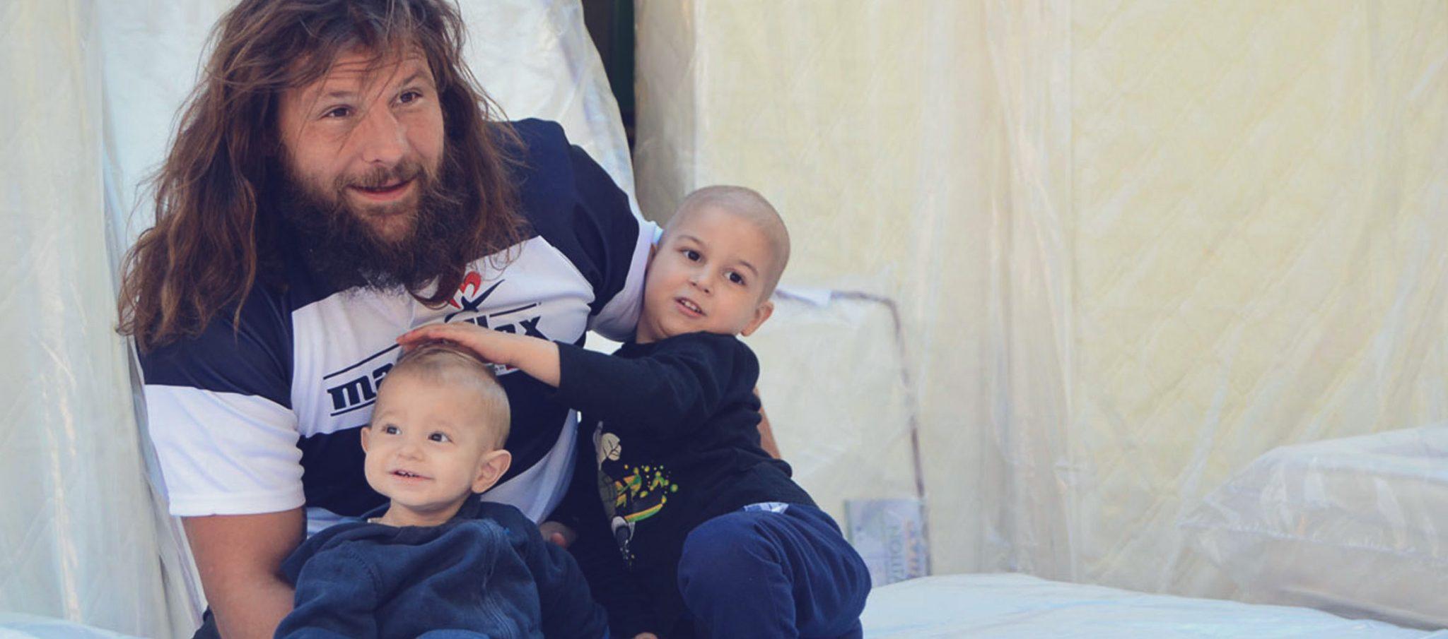 Martin Castrogiovanni con due bambini. Immagine presa dal sito dell'associazione Andrea Tudisco